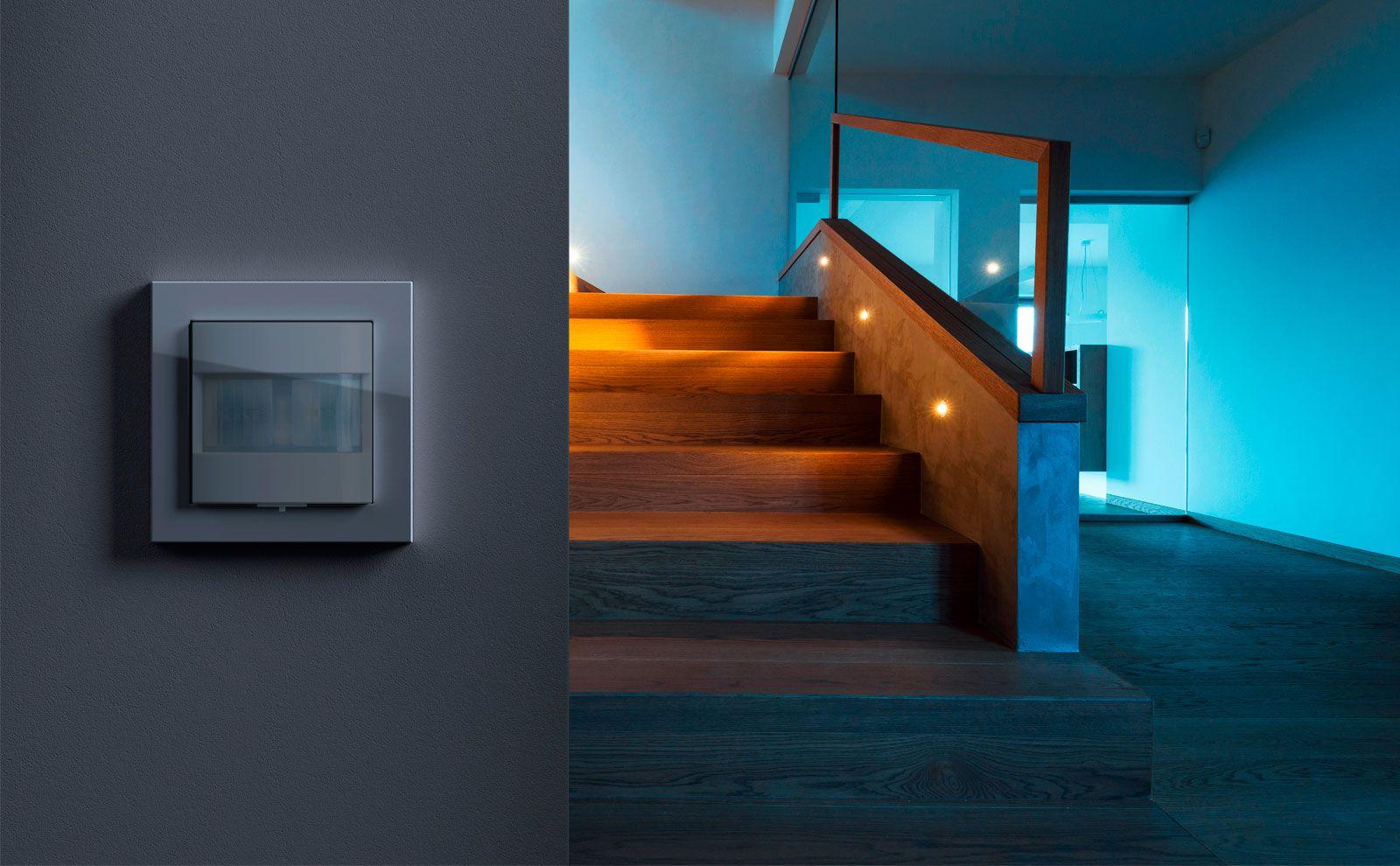 Ein Bewegunsmelder ermöglicht bei Bedarf die automatische Beleuchtung eine Treppe.