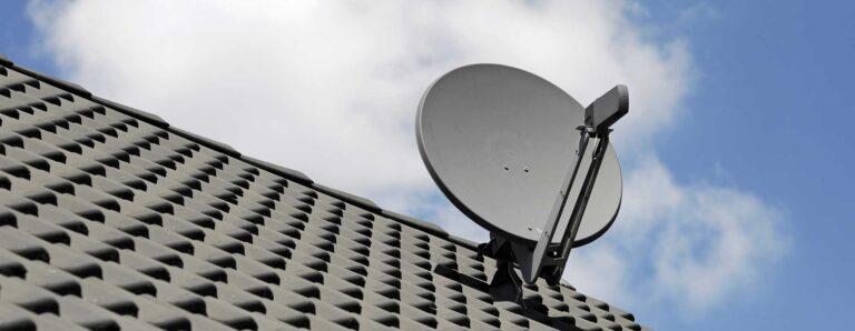 Eine Satellitenschüssel ist auf einem Dach befestigt.