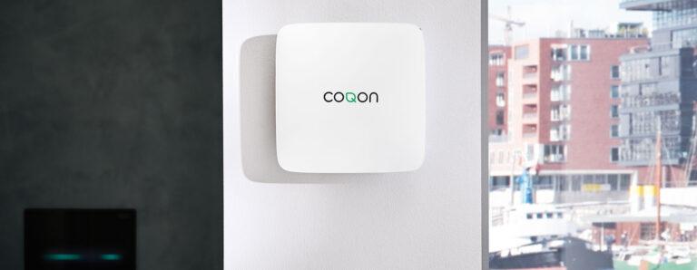 Blick auf eine im Gebäude installierte coqon Box für smart home Technik.