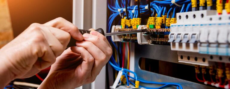 Ein Experte prüft die elektrischen Anlagen auf ihre Sicherheit.