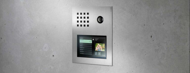 Eine moderne Sprechanlage mit Videoübertragung ist in eine Sichtbetonwand integriert.